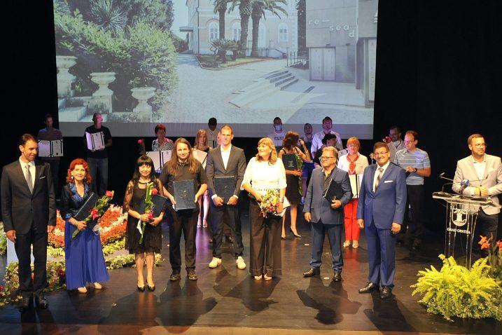 Slika za uspomenu - dobitnici gradskih nagrada i priznanja zajedno s čelnicima Grada / Snimio Sergej DRECHSLER