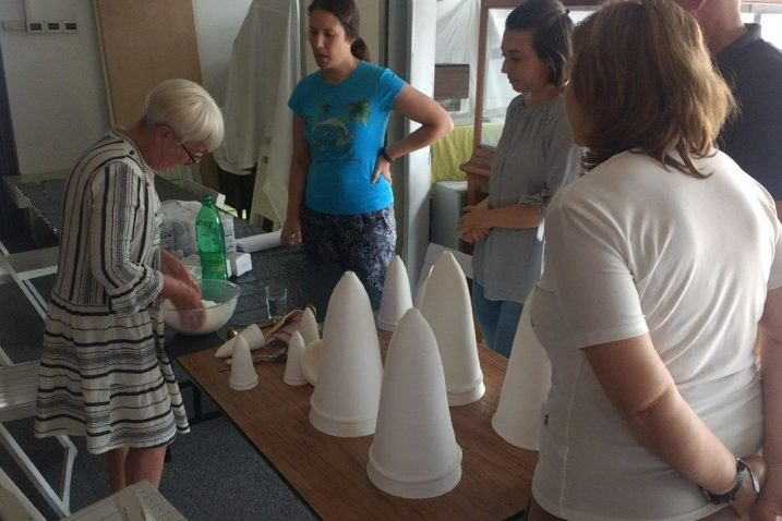 Vesna Radmilović održala je u Muzeju mali nastavni sat pravljenja stožaca