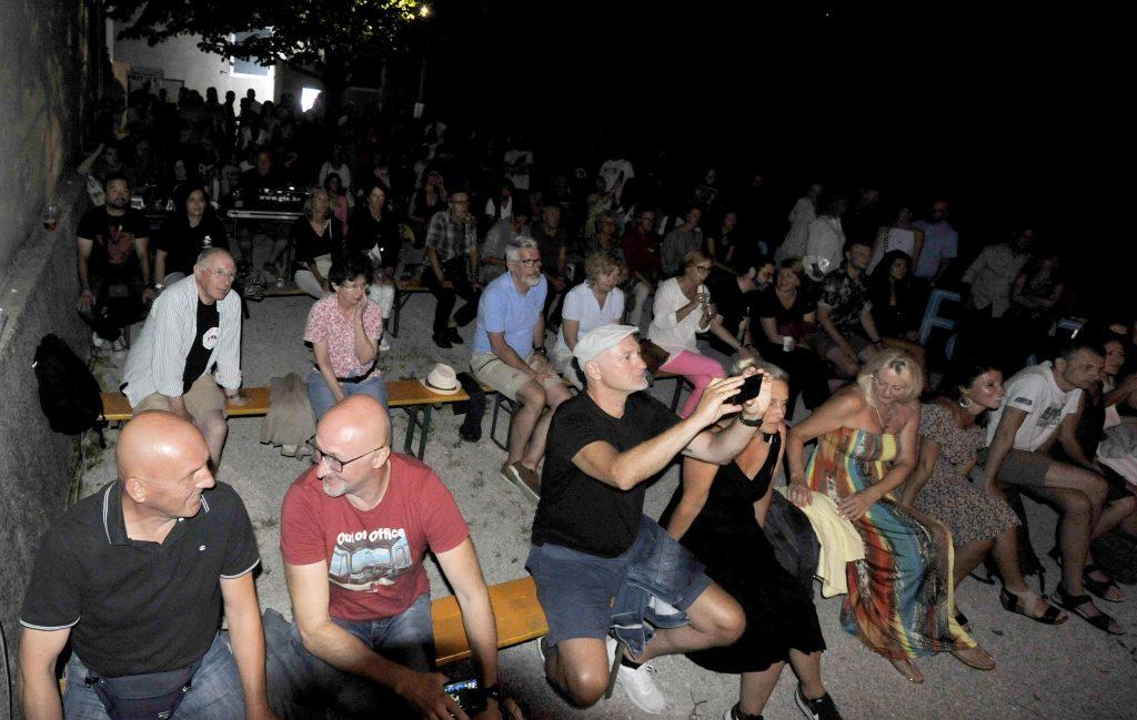Publika je uživala u vrhunskom bluesu / Snimio Damir ŠKOMRLJ