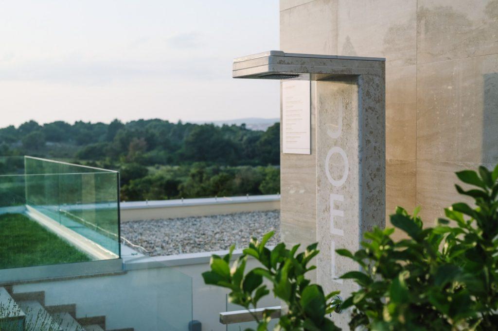 Prvi kupac pametnog tuša bio je reprezentativac Dejan Lovren kojemu smo instalirali personalizirani tuš uz bazen njegovog hotela Joel u Novalji