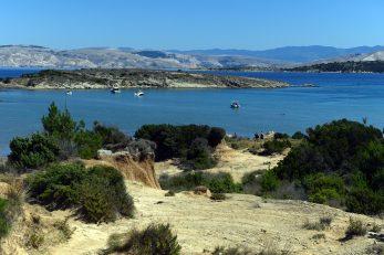 Plaža Ciganka dio je Geoparka, ali i polunudistička plaža, na plažu se dolazi pješke, ali i automobilom kojeg se može parkirati vrlo blizu