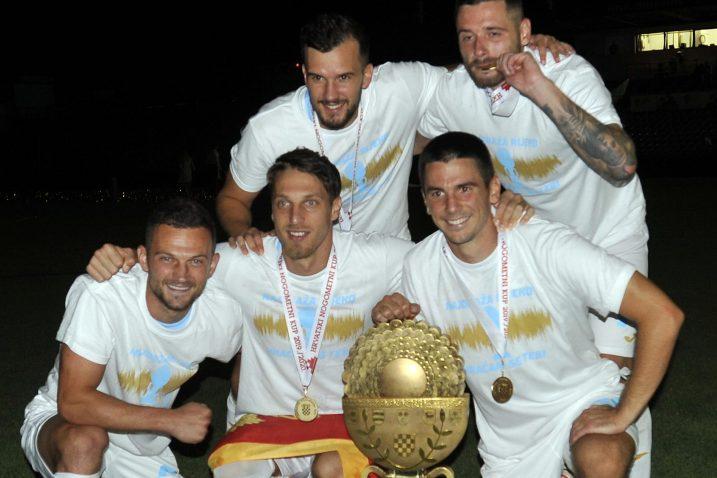 Ivan Tomečak, Momčilo Raspopović, Luka Capan, Darko Velkovski i Domagoj Pavičić s trofejom/D. ŠKOMRLJ