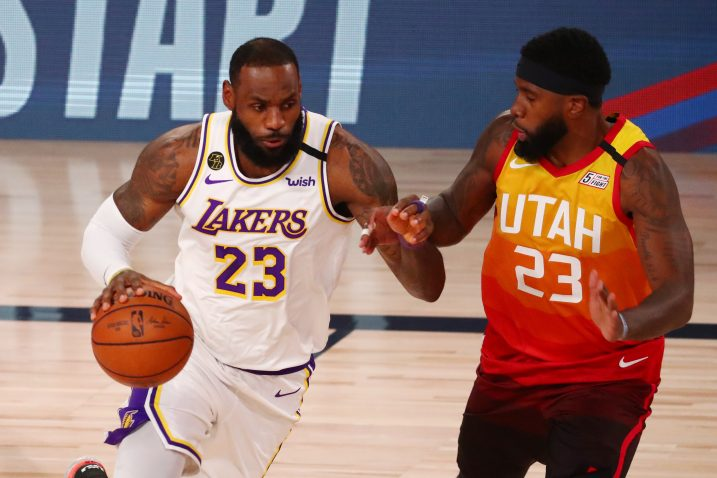 LeBron James (Lakers) i Royce O'Neale (Utah)/Foto REUTERS