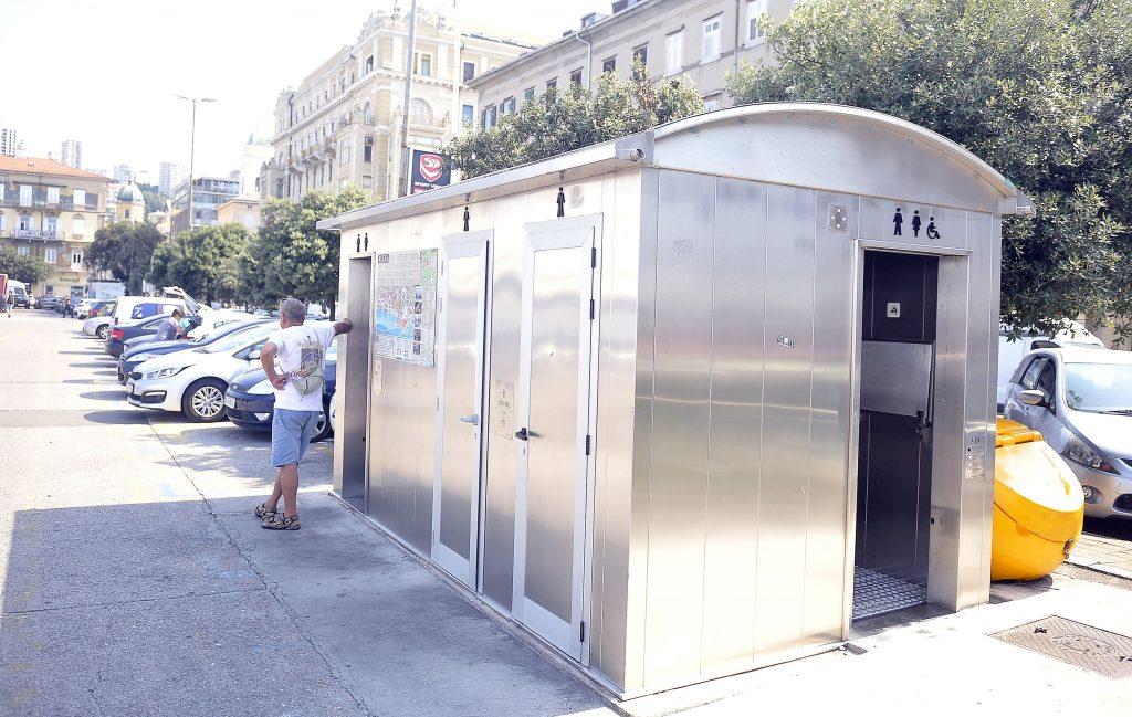 """Javni WC u Ulici Riva Boduli stalno je pokvaren, a ima i """"stanare"""""""