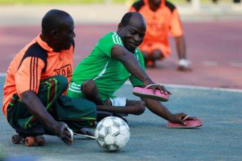 Oboljeli od dječje paralize igraju nogomet u Abuji u Nigeriji / Foto Reuters