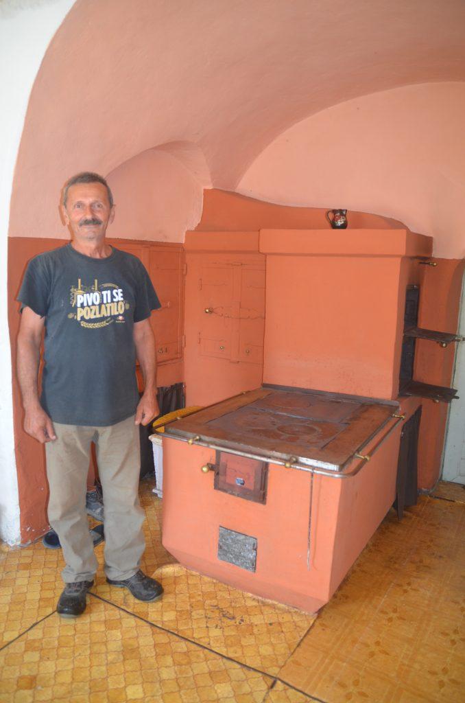 Ivan Padavić u svojoj staroj kući u seocu Razdrto sačuvao puno starina / Foto: M. KRMPOTIĆ