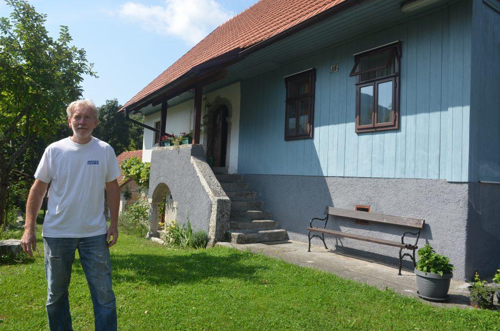 Silko Štefančić pred obiteljskom kućom koja je davno služila i kao škola u Malim Dragama / Foto: M. KRMPOTIĆ