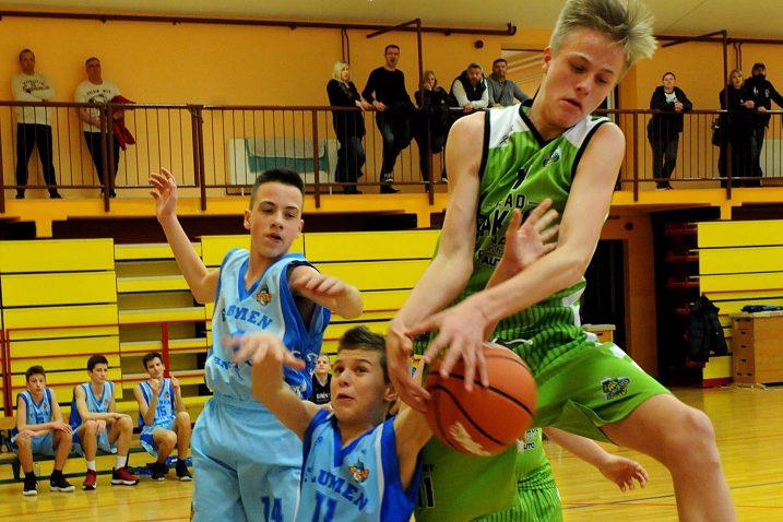 OSTAJU BEZ KROVA NAD GLAVOM? - Detalj iz susreta mladih košarkaša FSV-a i Škrljeva nekoliko dana prije korone/Foto M. GRACIN
