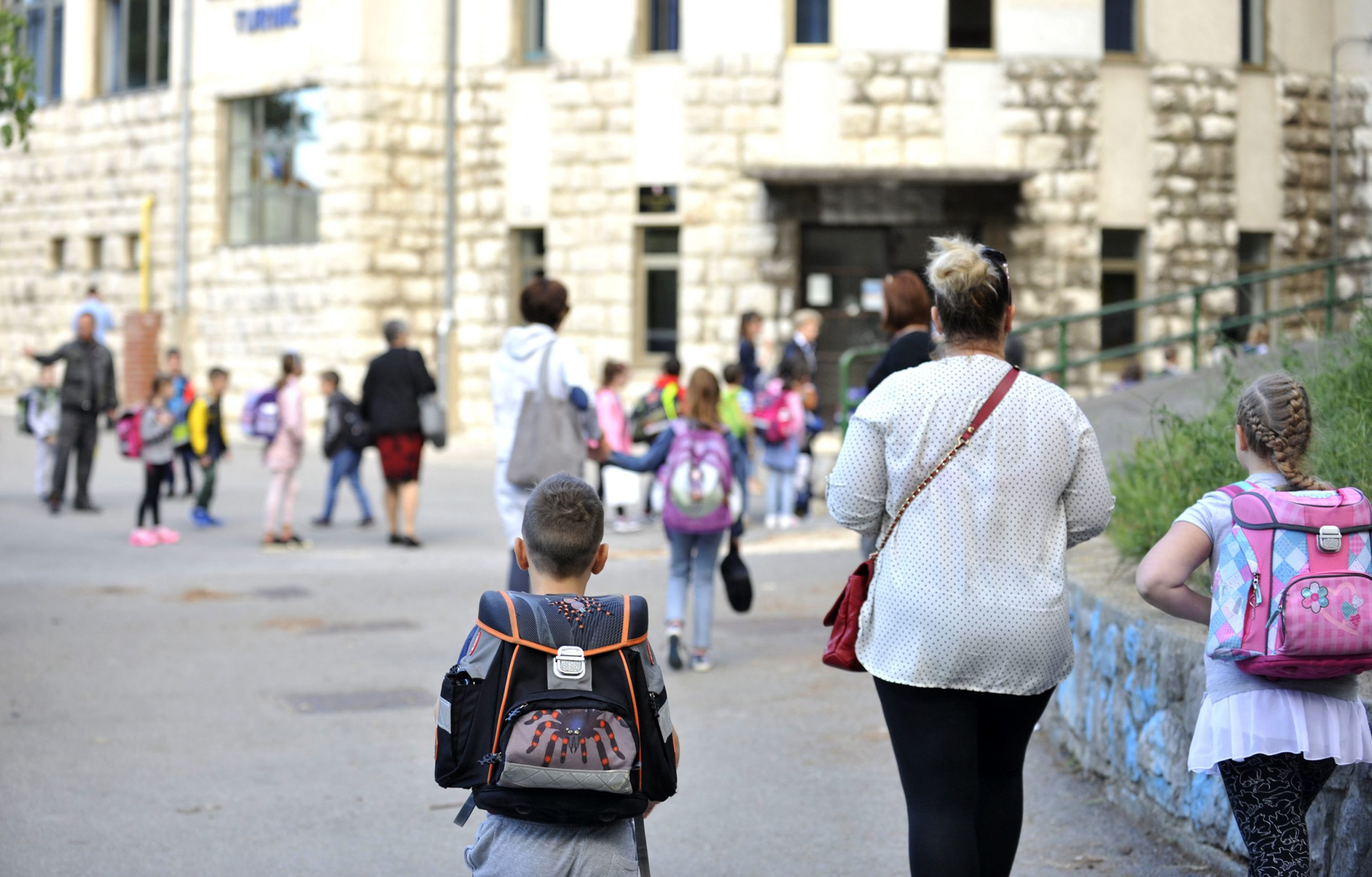 Pred školama zahtjevan posao organizacije nastave - OŠ Turnić / Snimio V. KARUZA