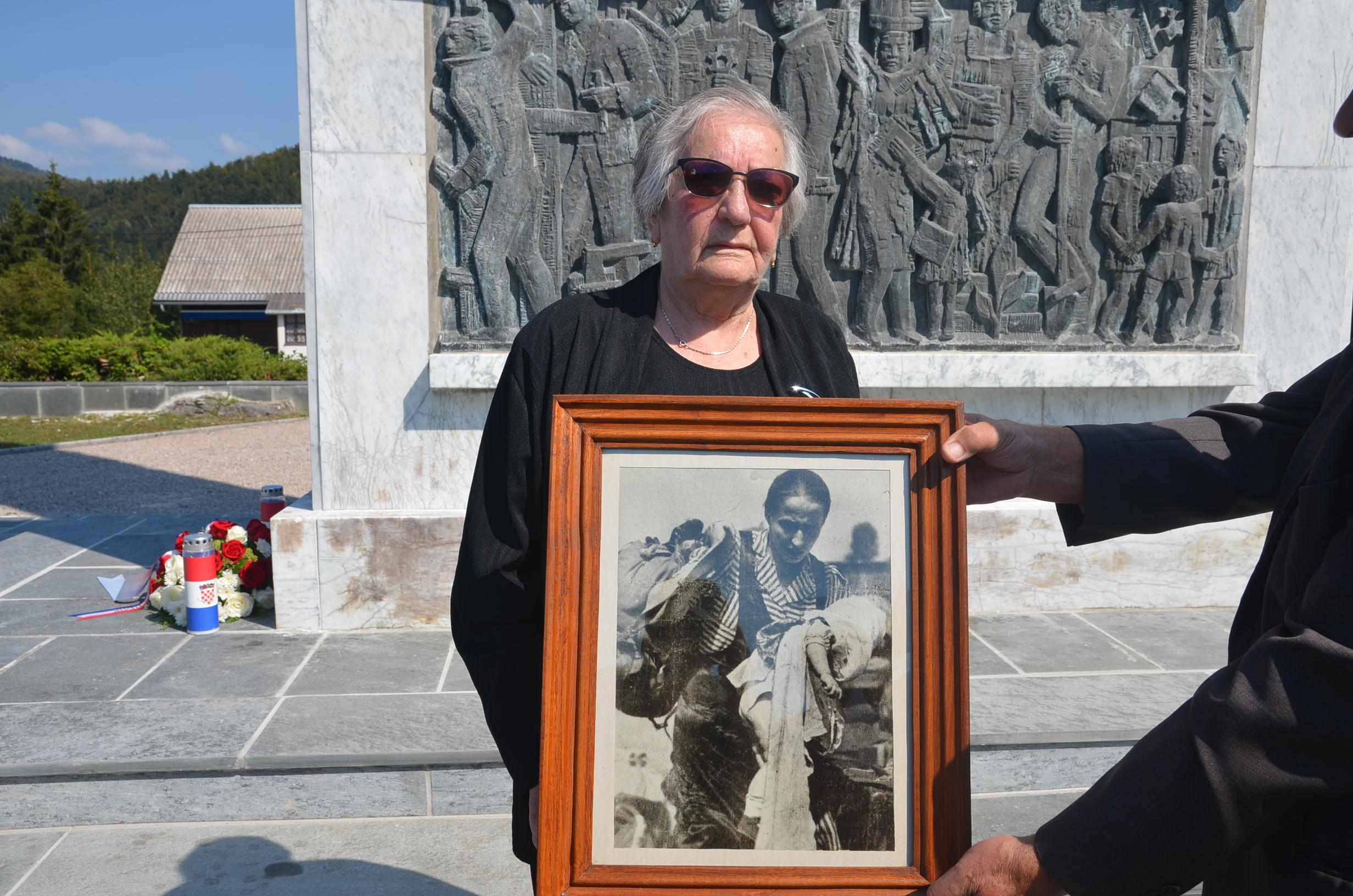 Marica Šimić s fotografijom snimljenom prije 77 godina / Snimio Marinko KRMPOTIĆ