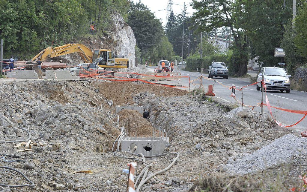 Na državnoj cesti D8 u Jurdanima izvodi se rekonstrukcija raskrižja za potrebe Komunalca / Snimio Sergej DRECHSLER
