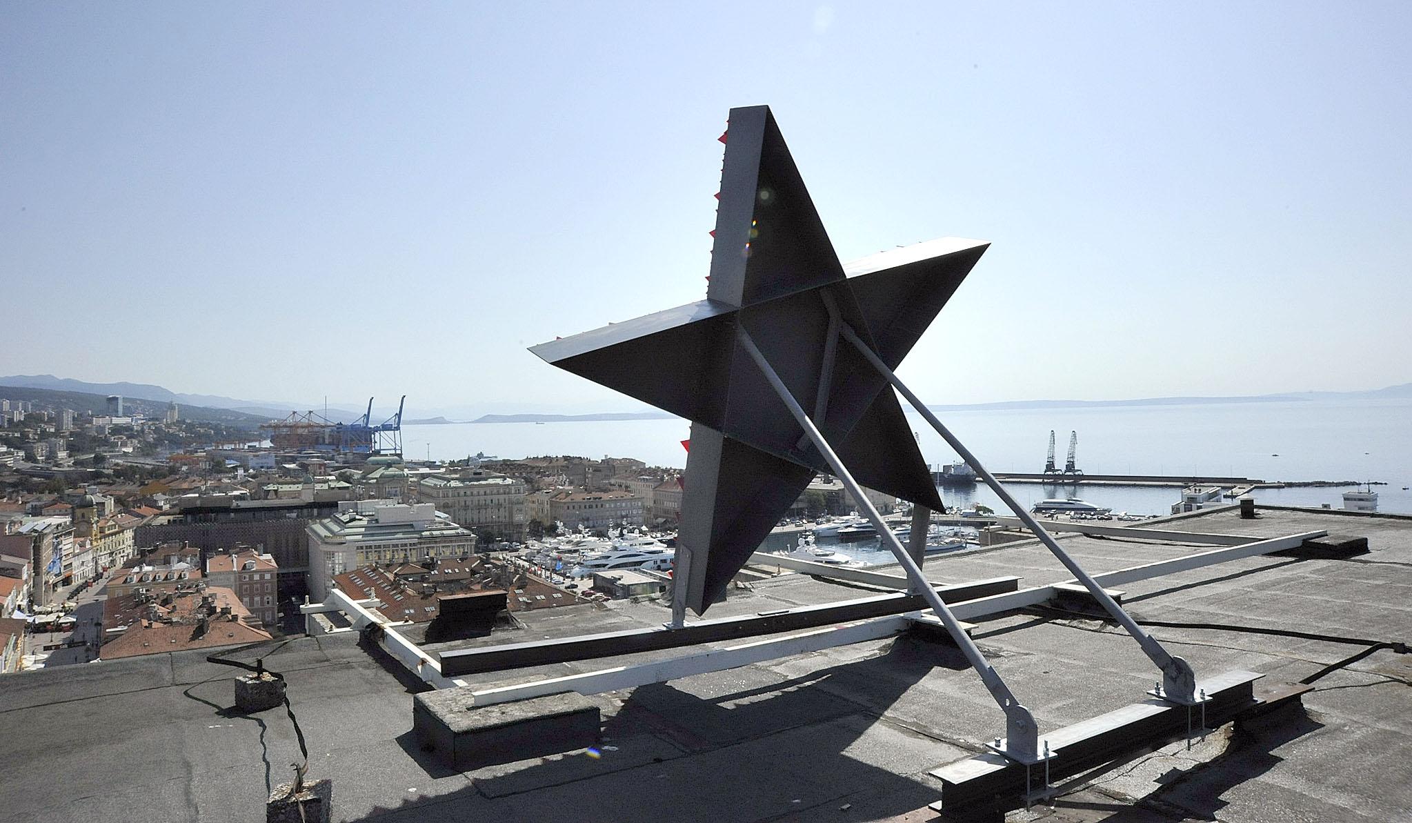Crvena zvijezda na Riječkom neboderu / Snimio S. DRECHSLER