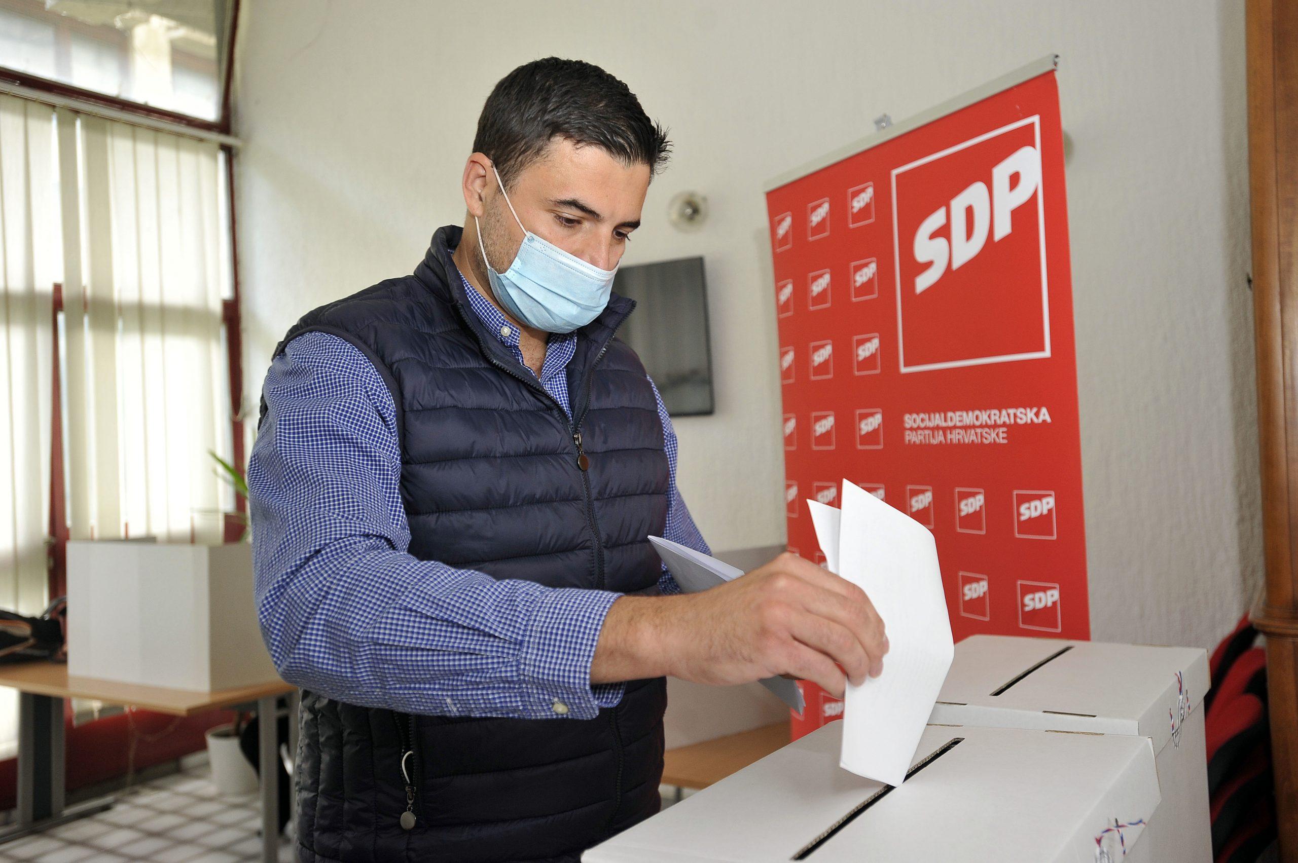 Davor Bernardić glasovao je u Novom Zagrebu / Snimio Davor KOVAČEVIĆ