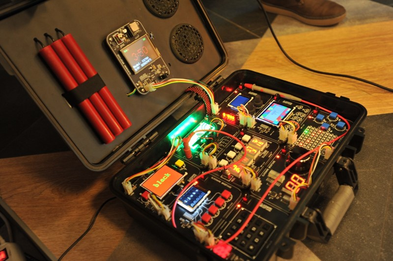 Elektronska društvena igra Clockwork Briefcase