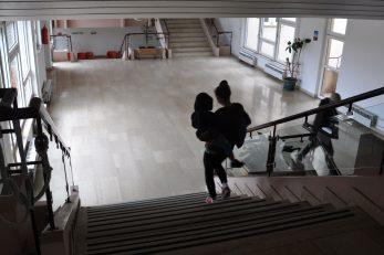 : Silne stepenice u krčkom Domu zdravlja nepremostiva su zapreka kretanju osoba s invaliditetom, pa i starijih otočana / Snimio Mladen TRINAJSTIĆ