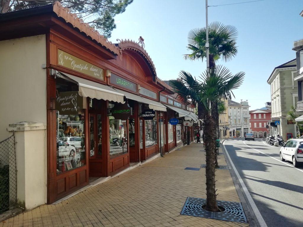 Trgovci se nadaju da će popusti napuniti opatijske ulice / Snimila Mirna ŠUMBERAC