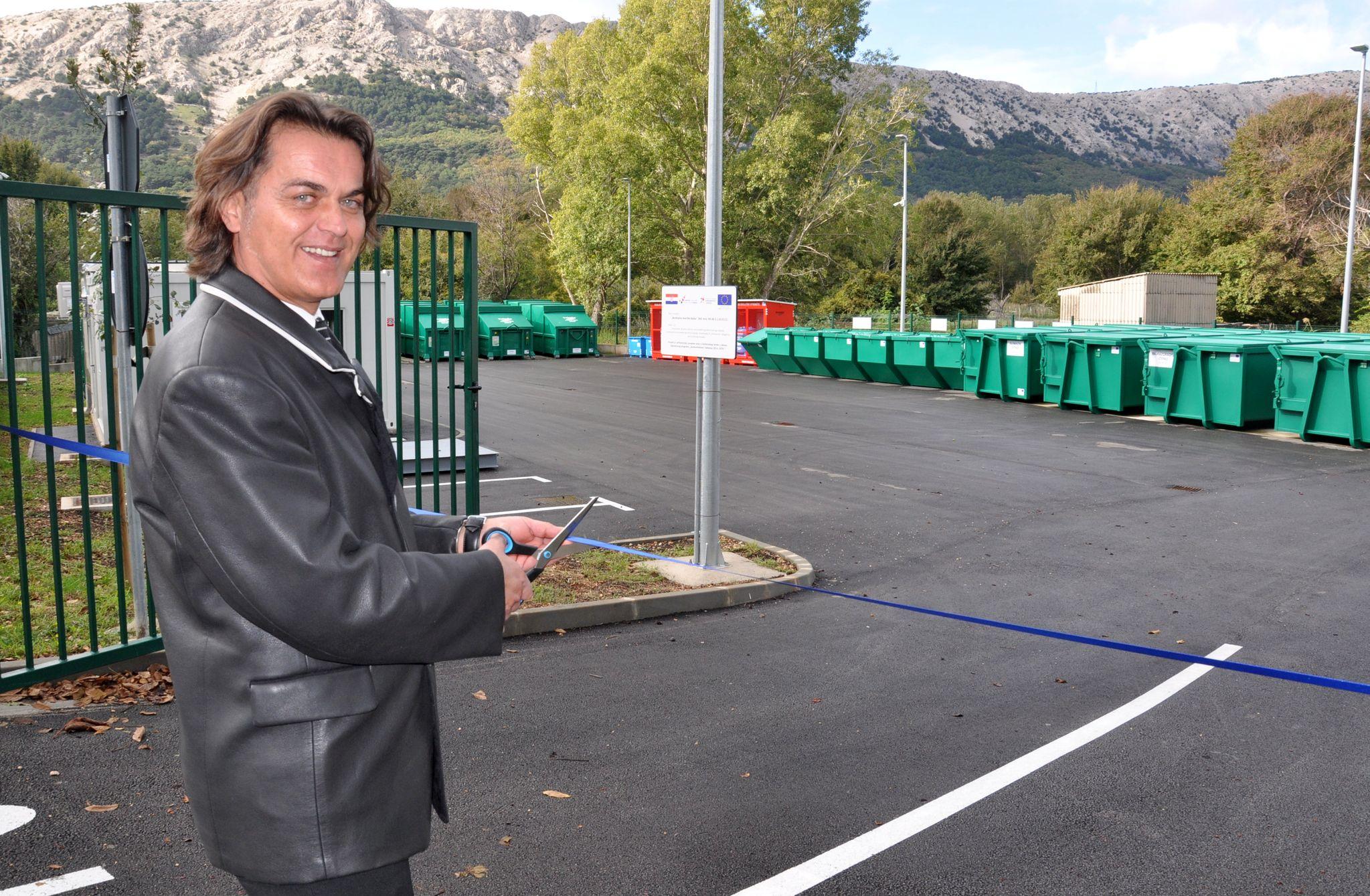 Općinski načelnik Toni Juranić imao je čast presijeći vrpcu na otvaranju novog Reciklažnog dvorišta Baška / Foto Mladen TRINAJSTIĆ