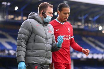 Virgil Van Dijk izlazi s travnjaka u pratnju liječnika Liverpoola/Foto REUTERS