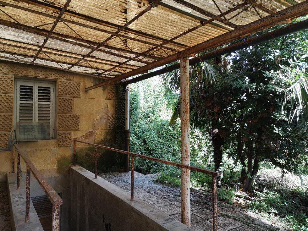 Okućnica, vrt i nadstrešnica u krugu bivšeg sjedišta HEP-a u Opatiji / Snimila Aleksandra KUĆEL-ILIĆ