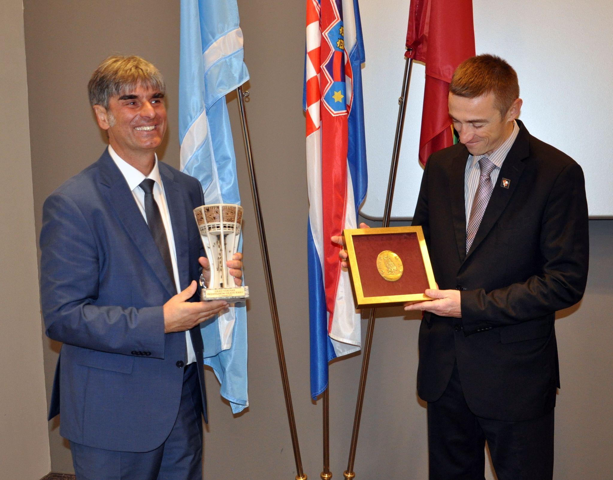 Nakon potpisa Povelje o prijateljstvu Darijo Vasilić i Ivan Penava razmijenili darove / Foto M. TRINAJSTIĆ
