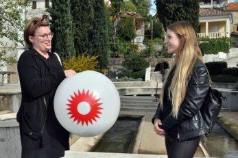 Predstavnica susjedstva Opatija predala vremensku kapsulu voditeljici tima susjedstva Malinska, Sabini Barbiš / Snimio M. TRINAJSTIĆ