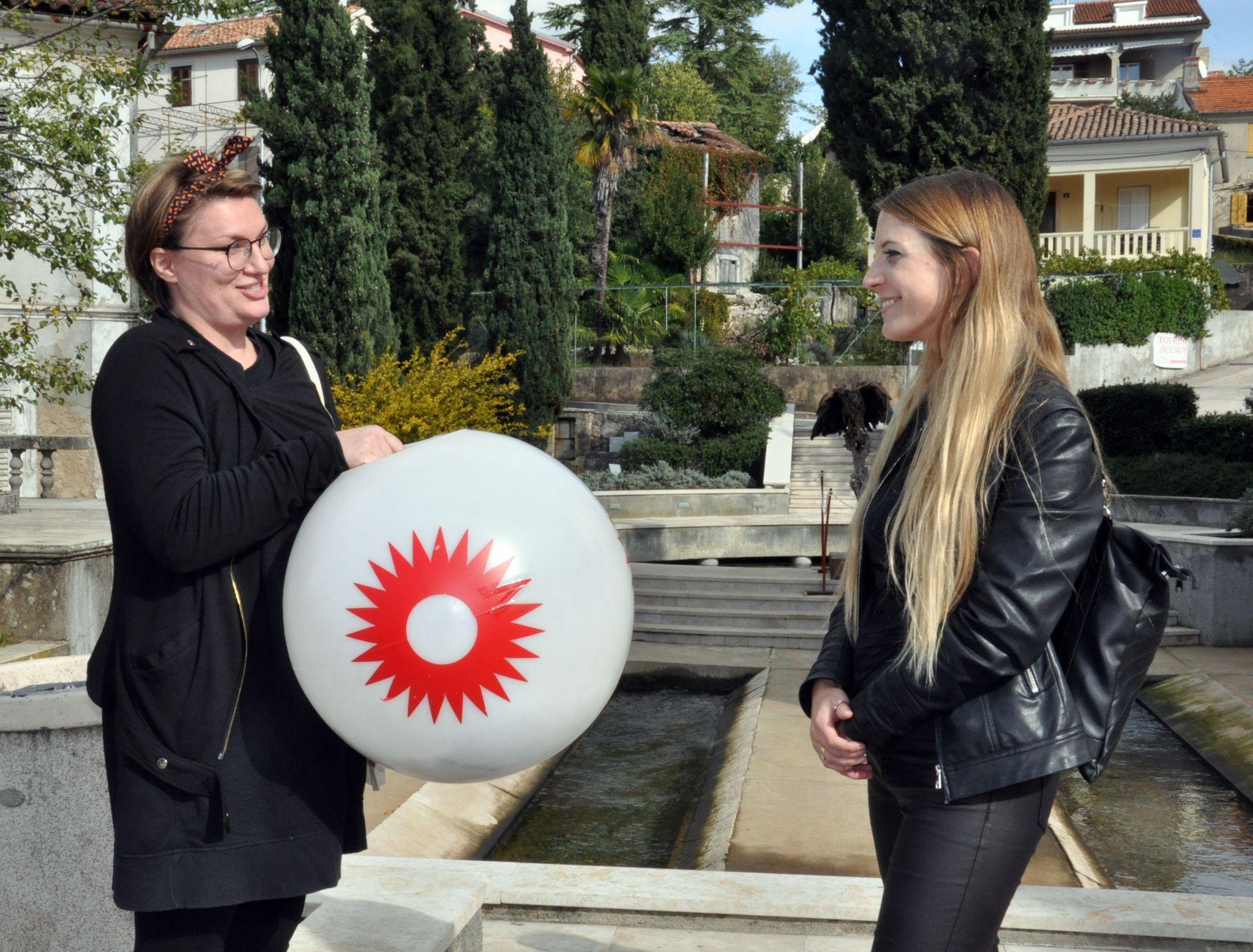 Predstavnica susjedstva Opatija uručila vremensku kapsulu članici udruge Termen Sabini Barbiš (desno) / Snimio M. TRINAJSTIĆ
