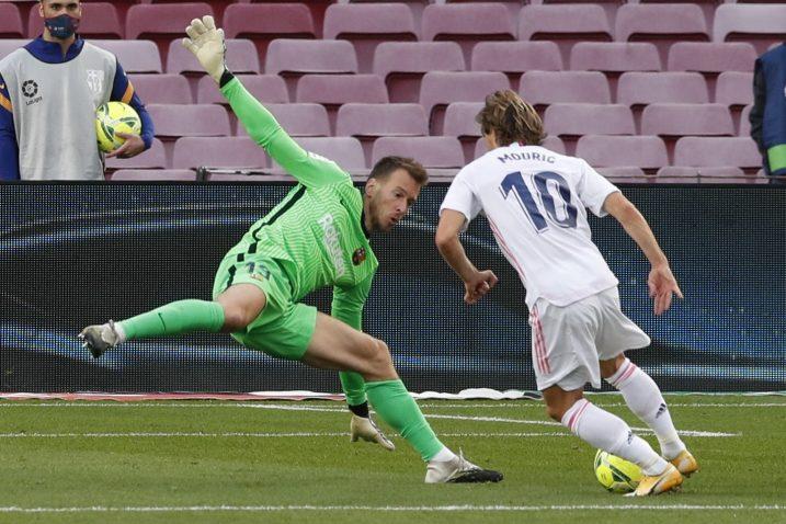 Luka Modrić nadmudrio je Marc-Andrea ter Stegena i obranu Barce/Foto REUTERS