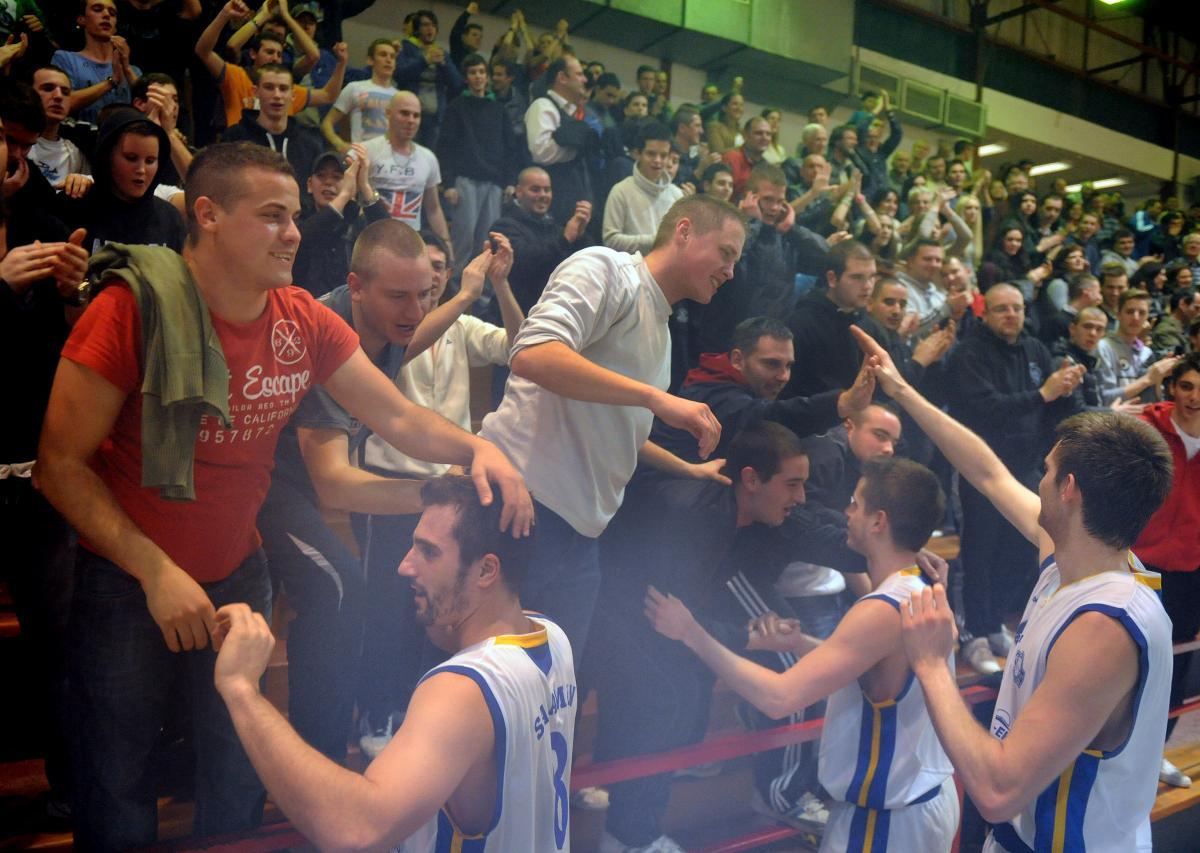 SRETNI DANI - Košarkaši Kvarnera 2010 s navijačima slave pobjedu nad Šibenkom u siječnju 2014./Foto M. GRACIN