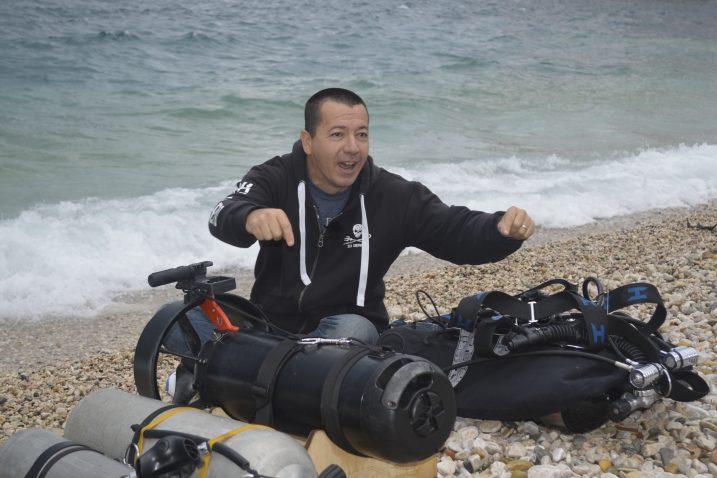 Velimir Vrzić s punom opremom na psećoj plaži prije urona kojim je tragao za minama u podmorju Pećina
