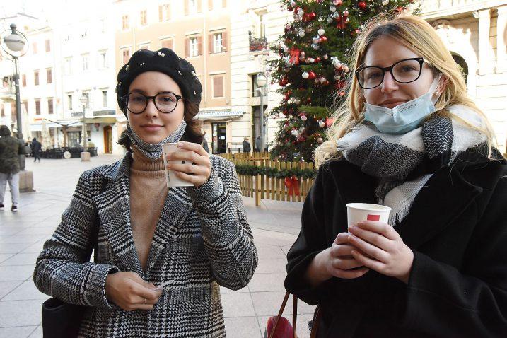 Kava na Korzu nedostaje, ali snašle su se - Jelena Čubrić i Veronika Burazerović / Foto Sergej Drechsler