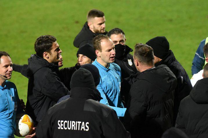 Sudačka trojka na čelu s Jovićem u središtu gužve po okončanju utakmice/S. DRECHSLER
