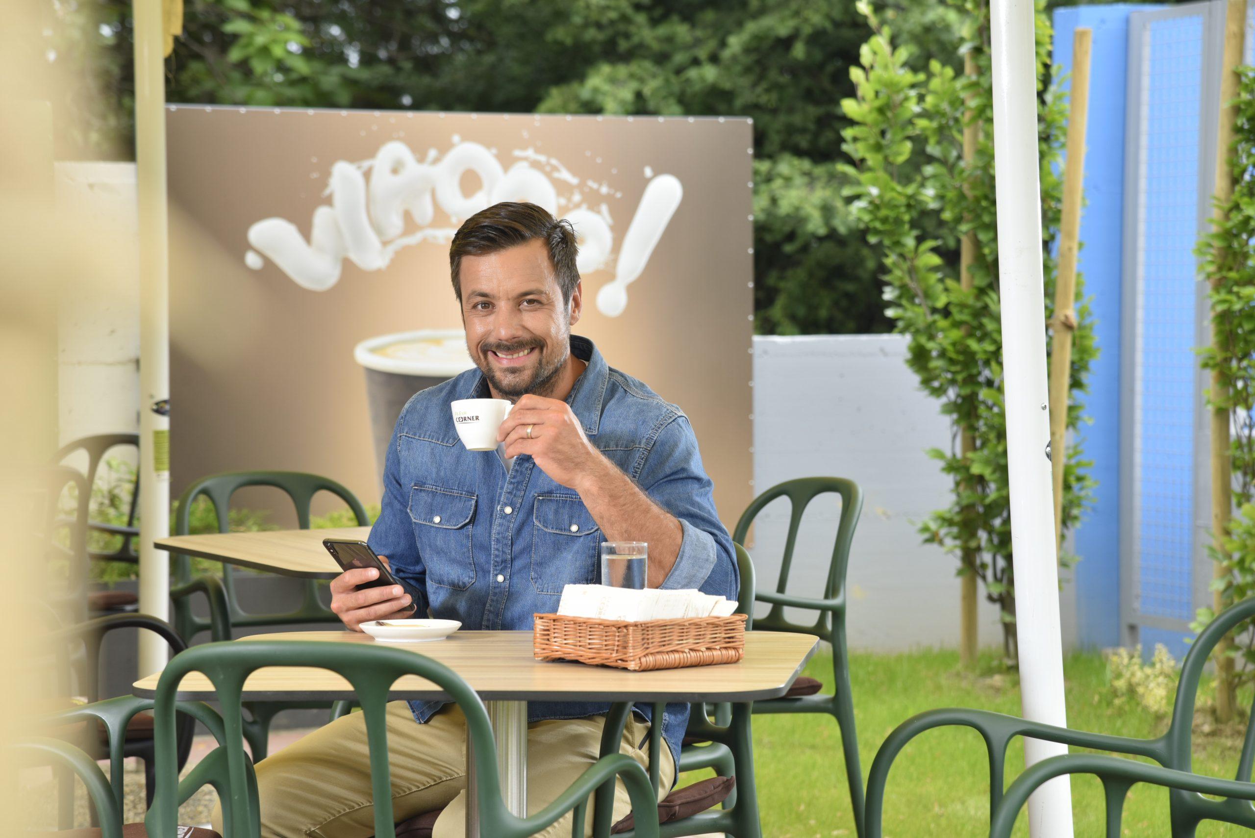 Preuzmite INA Loyalty aplikaciju, ostvarite popuste na vrhunska Class Plus goriva, popijte najbolju kavu i otkrijte sva iznenađenja koja vas čekaju, kao što to već čini Zlatko Horvat!