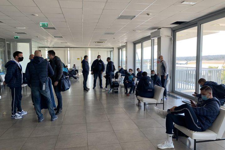 Igrači i treneri Rijeke u krčkoj zračnoj luci uoči polaska za Italij/M. SUČIĆ