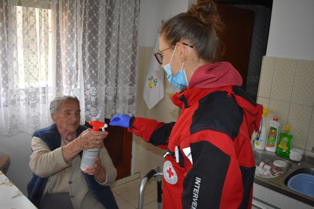 Mirna Dasović, članica gospićkog Crvenog križa redovito posjećuje baku Anu / Snimio Marin SMOLČIĆ