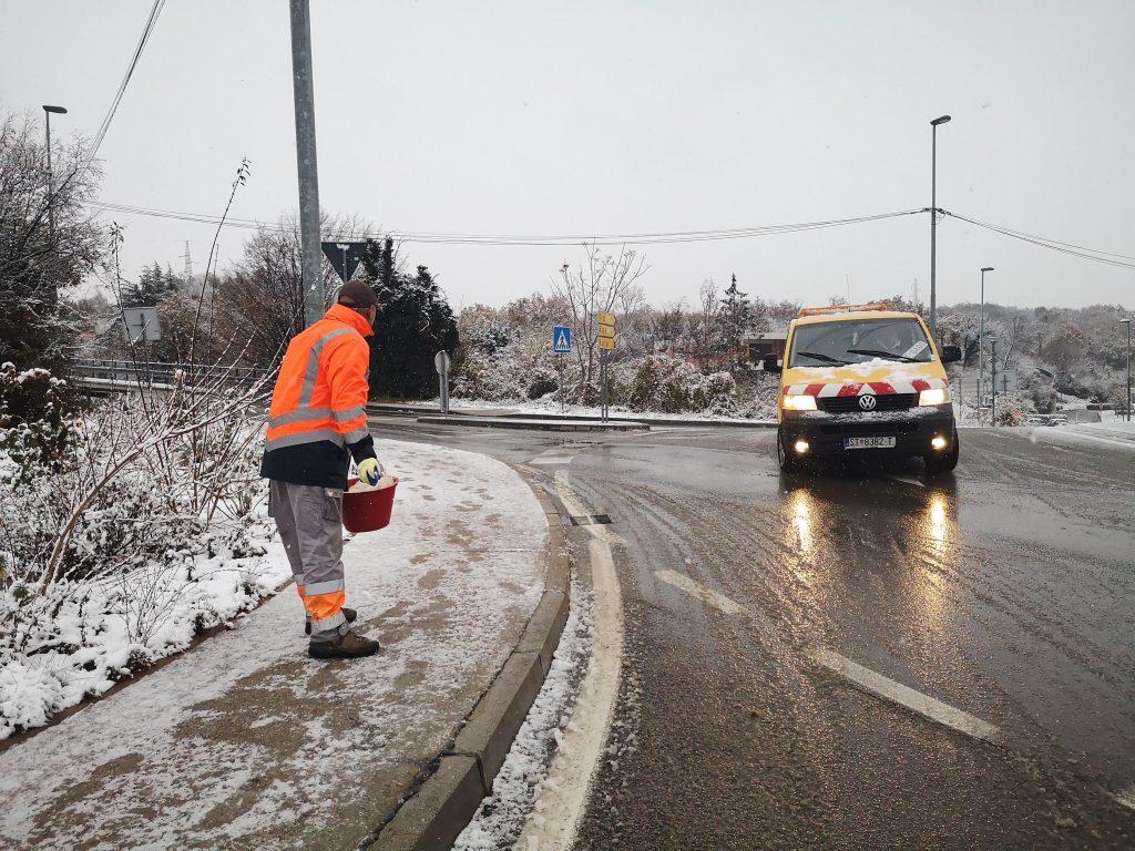 Posipavanje ceste i nogostupa u Matuljima se obavlja i ručno / Snimila Marina KIRIGIN