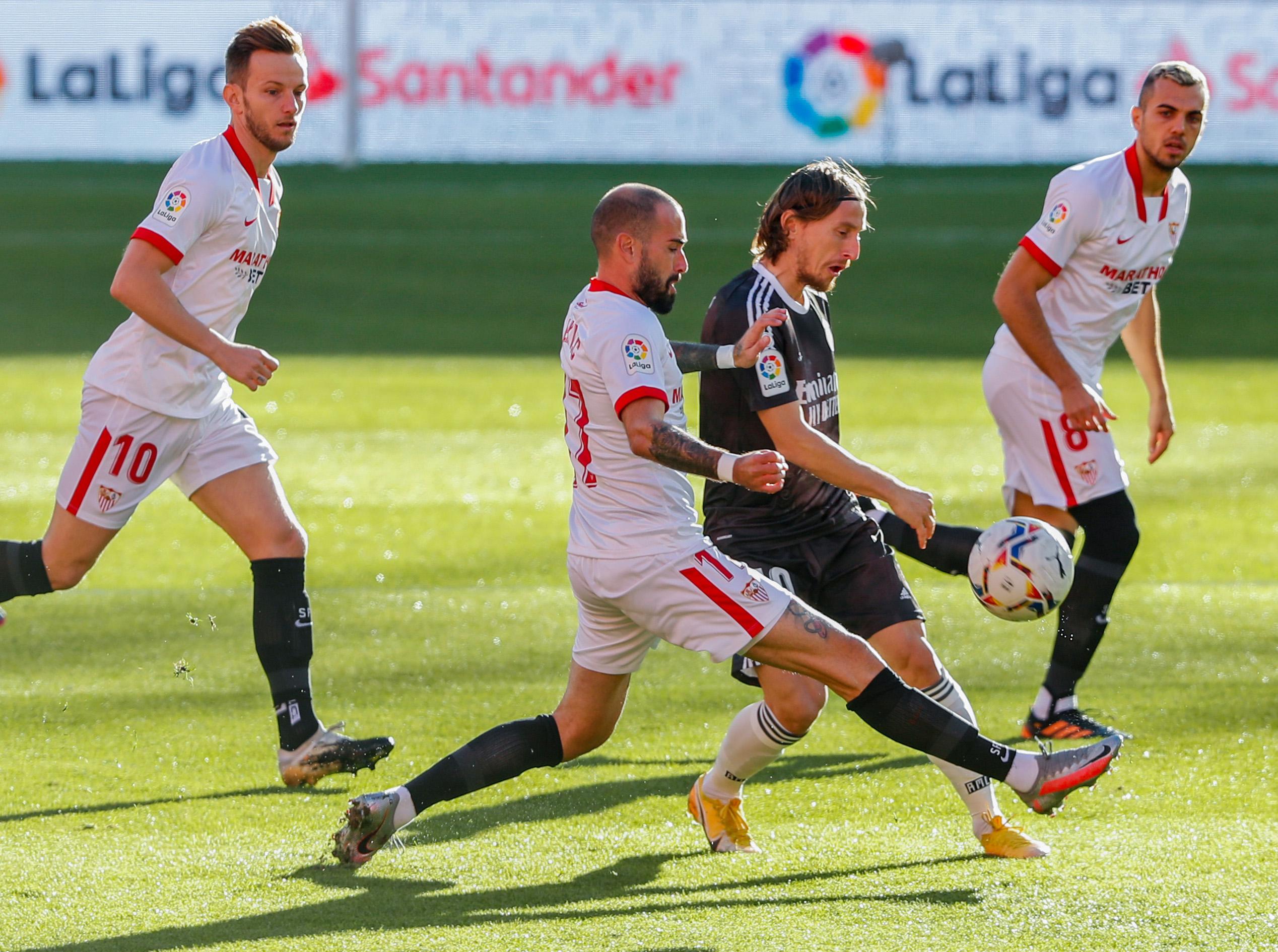 Luka Modrić (Real Madrid) i Aleix Vidal (Sevilla)/Foto REUTERS
