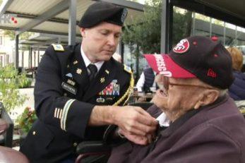 Predstavnik američke vojske predaje odlikovanje veteranu 2. sv. rata i američkom marincu s Iwo Jime Josipu Kršulu 