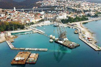 Pogled iz zraka na radove u crikveničkoj gradskoj luci i postavljanje betonskih blokova u more