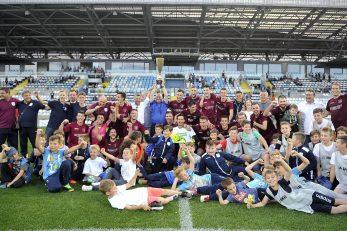 Nekoliko generacija nogometaša Rijeke predvođenih klupskom Upravom sa županijskim trofejom osvojenim na Rujevici/Foto Arhiva NL