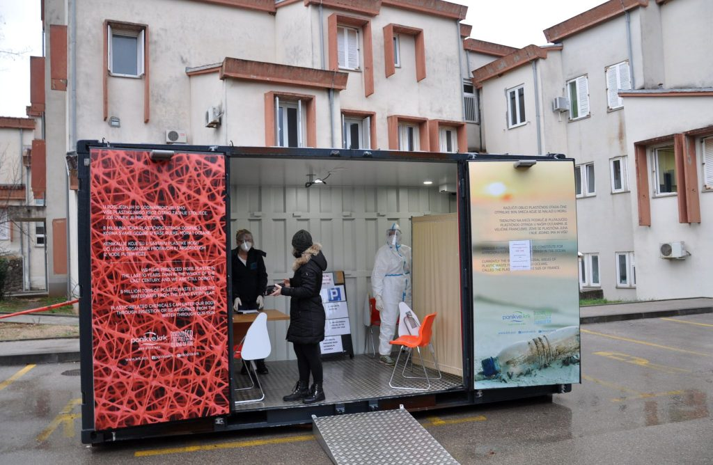 Budući da je vjetar otpuhao šator, testiranja su i dalje provođena u kontejneru / Foto M. TRINAJSTIĆ