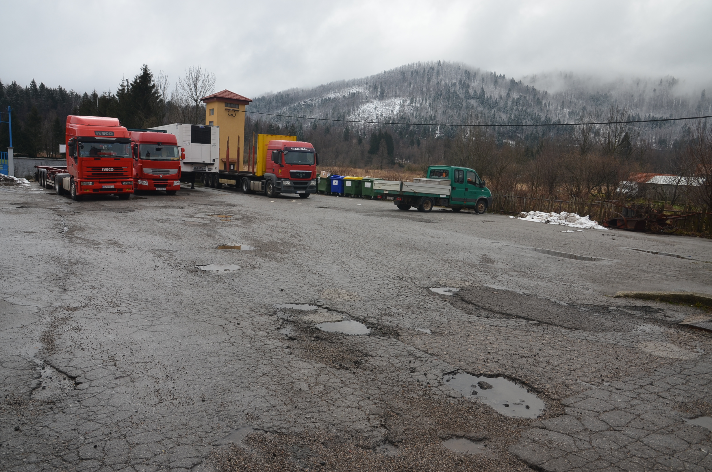 Veliki kamioni više neće moći besplatno parkirati iza Vatrogasnog doma / Foto M. KRMPOTIĆ