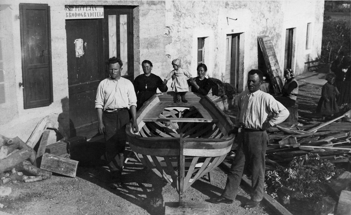 Brodograditeljska obitelj Pičuljan kod radionice na Kaštelu u Barbatu