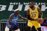 Jrue Holiday (Bucks) i LeBron James (LA Lakers)/Foto REUTERS