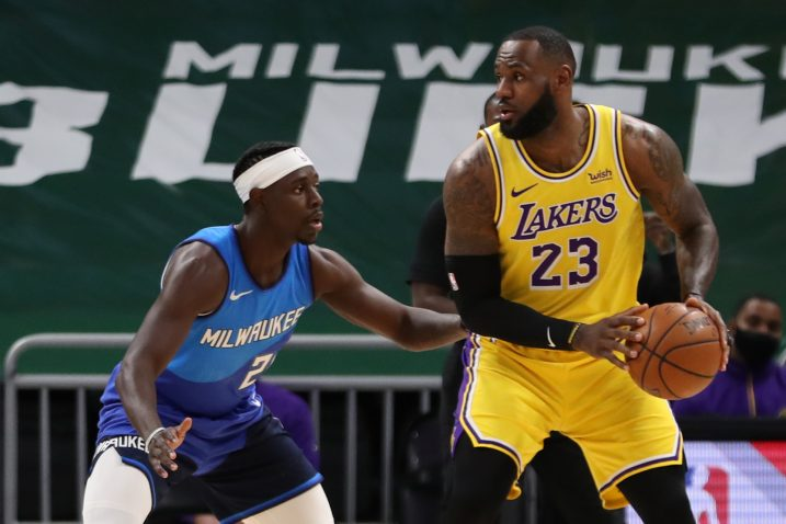 Jrue Holiday (Bucks) i LeBron James (LA Lakers)/Foto REUTERS