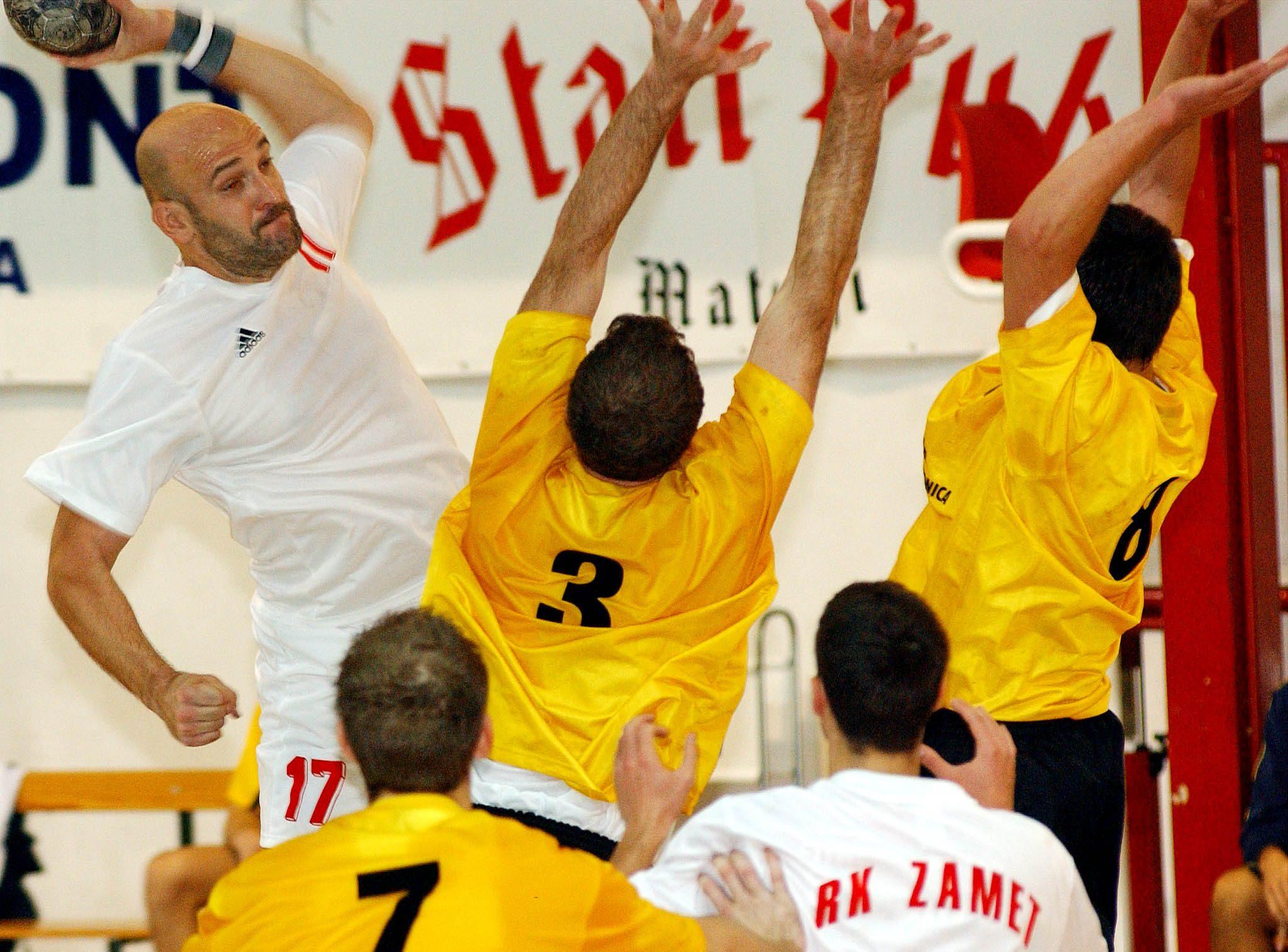 GROM U LJEVICI – Zlatko Saračević u dvoboju Zameta i Đakova 19. listopada 2002./Foto: M. GRACIN