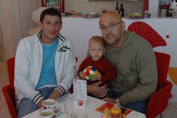 Mirza Džomba i Zlatko Saračević sa sinom Noelom