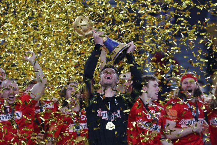 Niklas Landin Jacobsen i suigrači sa pobjedničkim trofejom/Foto REUTERS