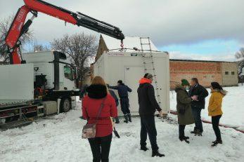 Nakon što je postavljen, stambeni je kontejner odmah priključen na električne i vodovodne instalacije