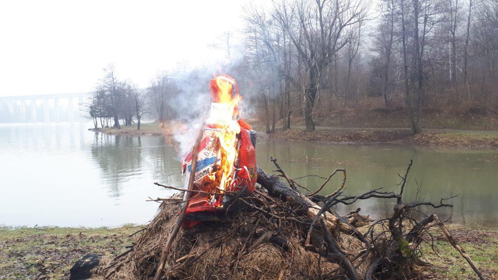 Ni kiša nije spriječila tradicionalno spaljivanje fašnika / Foto D. PLEŠE