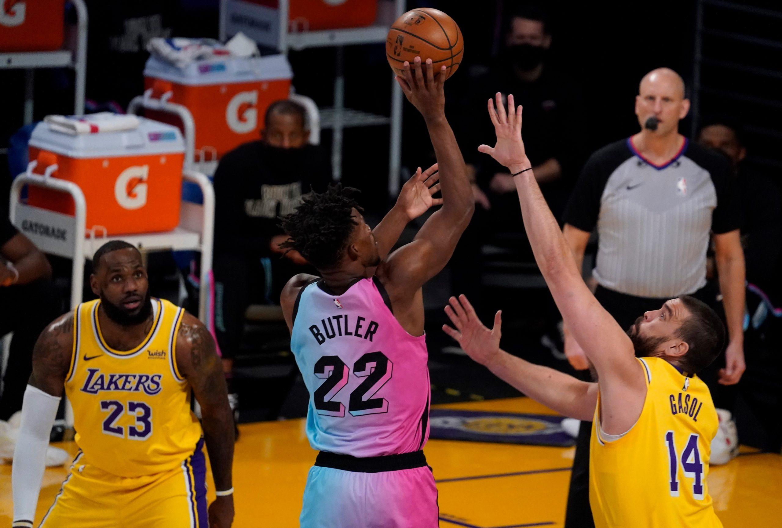 Jimmy Butler (Miami) puca kraj LeBron Jamesa i Marca Gasola (LA Lakers)/Foto REUTERS